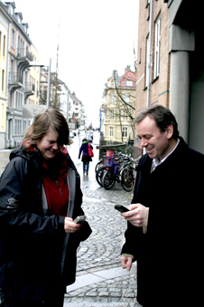 Masterstudent Christine Leirvåg og førsteamanuensis Lars Nyre tester Lokanytt. Nærmeste nyhet er en bandomtale fra Garage, rundt 70 meter unna.