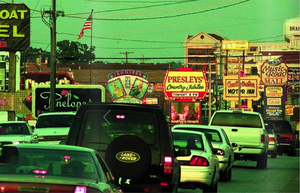 Motorvegen er Amerika sitt nervesystem nummer ein. Bilen er det private livs tempel. Foto: AP/Scanpix